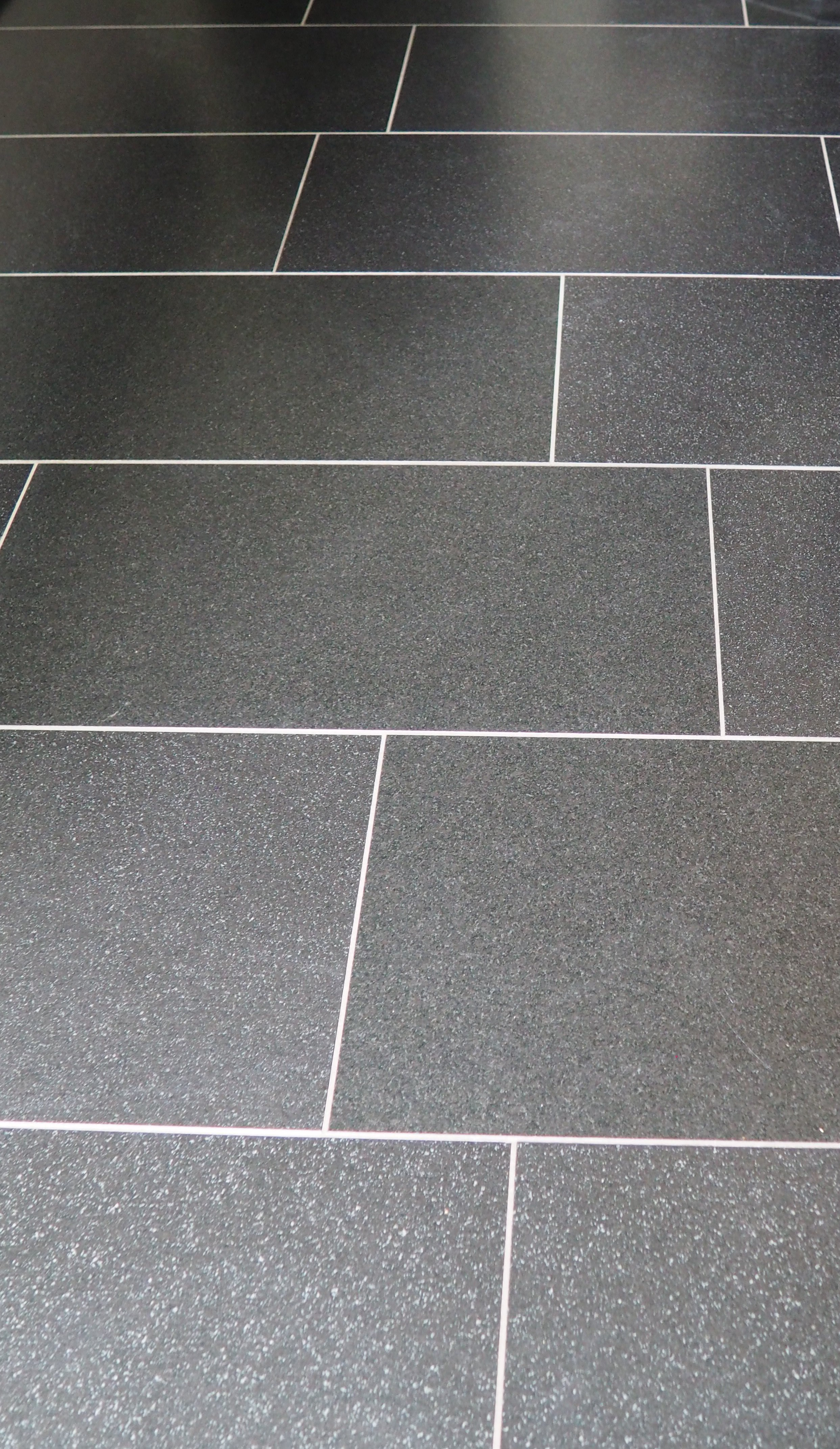Badezimmer dunkle Fliesen ‹ Ulf Schrank Bauelemente und ...